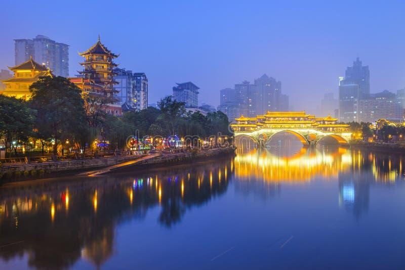 Paisaje urbano de Chengdu, China en Jin River fotos de archivo