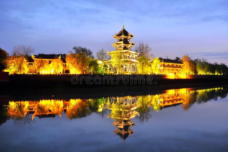 Paisaje urbano de Chengdu en la noche fotos de archivo