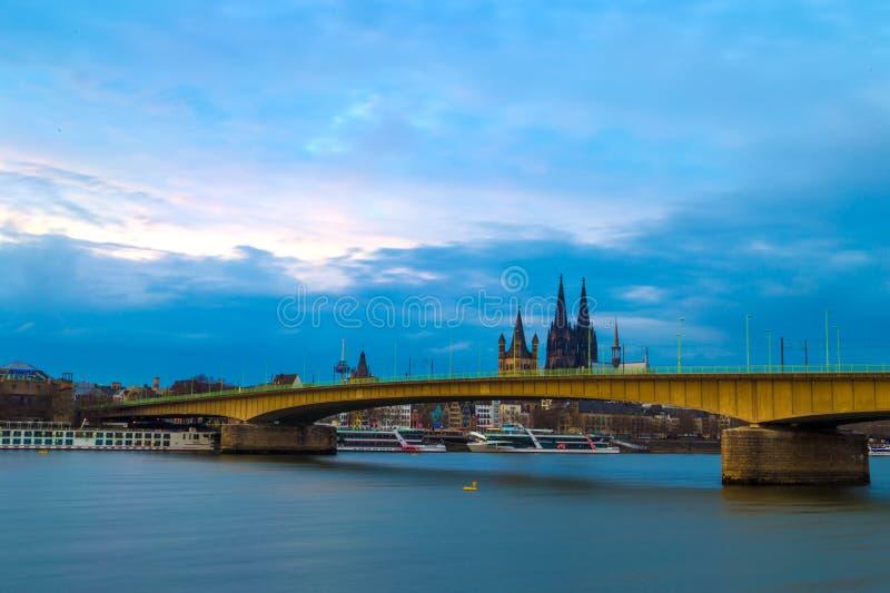 Paisaje urbano de Colonia con el puente de Deutz a través de los Dom del río Rhine y de Kolner imagenes de archivo