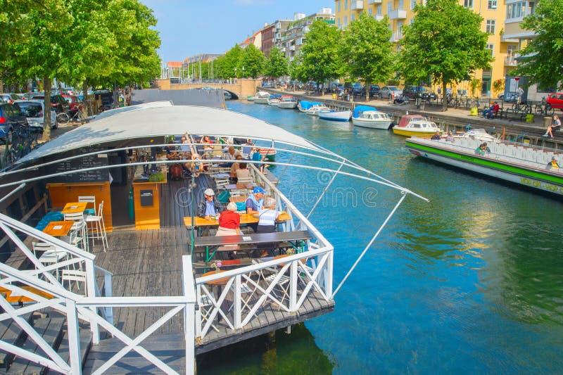 Paisaje urbano de Copenhague, restaurante por el canal fotografía de archivo