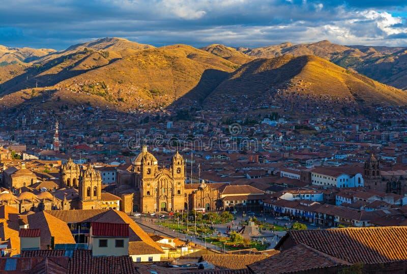 Paisaje urbano de Cusco en la puesta del sol, Perú foto de archivo libre de regalías