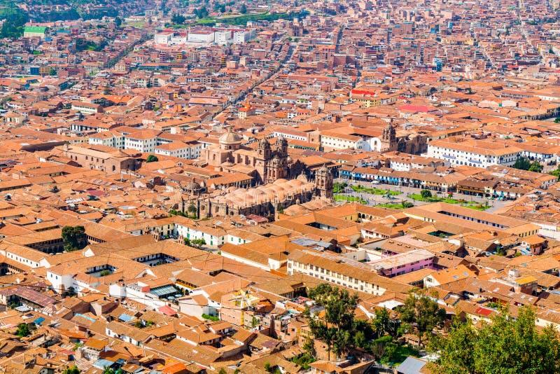 Paisaje urbano de Cusco en Perú con la catedral de Santo Domingo, la basílica de la catedral de Assumtion del Vergin y la plaza d fotografía de archivo