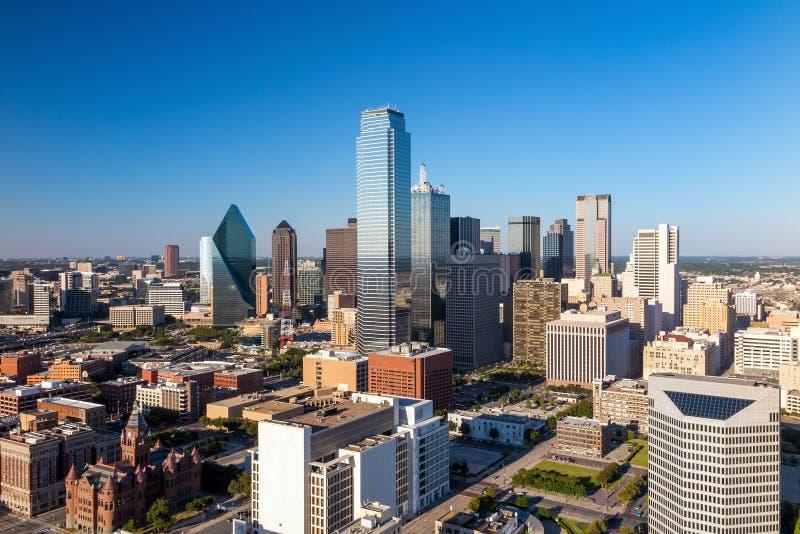 Paisaje urbano de Dallas, Tejas con el cielo azul en la puesta del sol imagenes de archivo