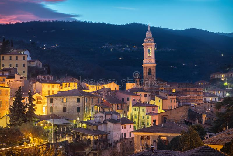 Paisaje urbano de Dolcedo en la oscuridad - pequeña ciudad en las montañas ligures, Italia foto de archivo libre de regalías