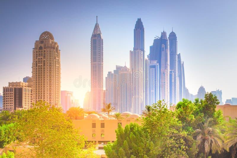 Paisaje urbano de Dubai Paisaje urbano colorido de Dubai fotos de archivo