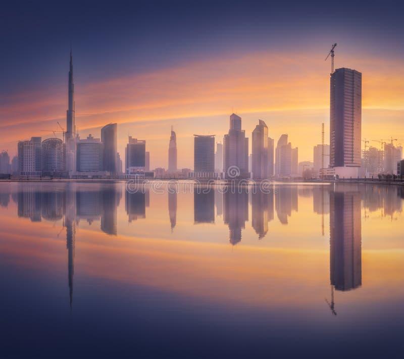 Paisaje urbano de Dubai y vista panorámica de la bahía del negocio, UAE imagen de archivo libre de regalías