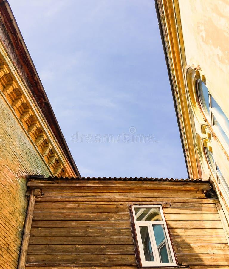 Download Paisaje Urbano De Edificios Viejos Con El Cielo Azul Imagen de archivo - Imagen de céntrico, cielo: 100527637