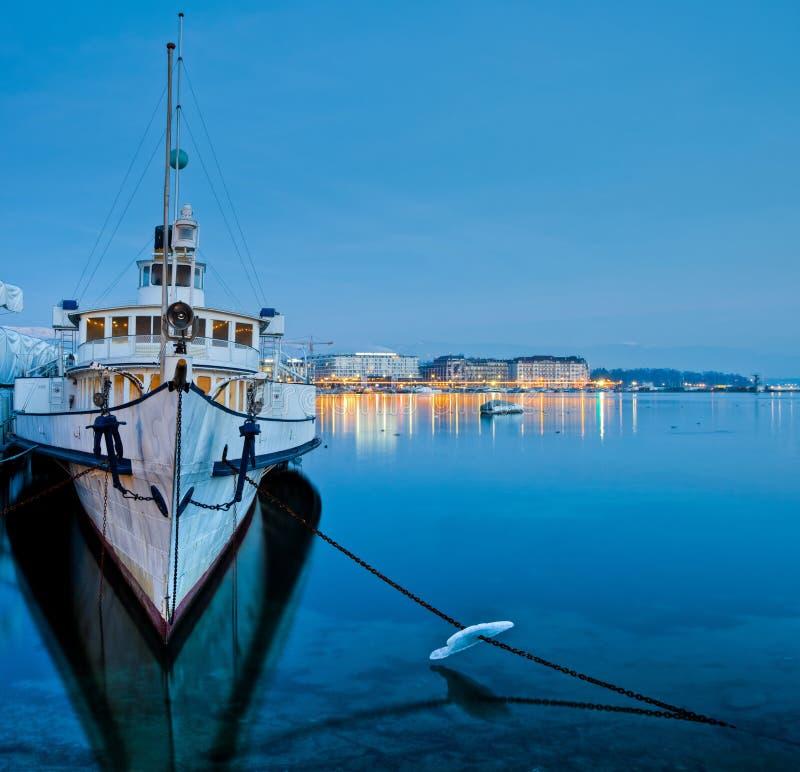 Paisaje urbano de Ginebra - barco de cruceros turístico fotografía de archivo