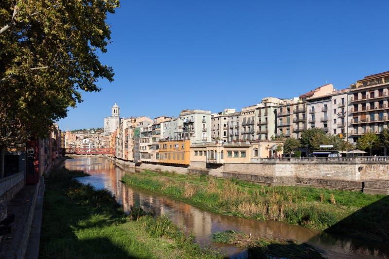 Paisaje urbano de Girona a lo largo del río de Onyar fotografía de archivo