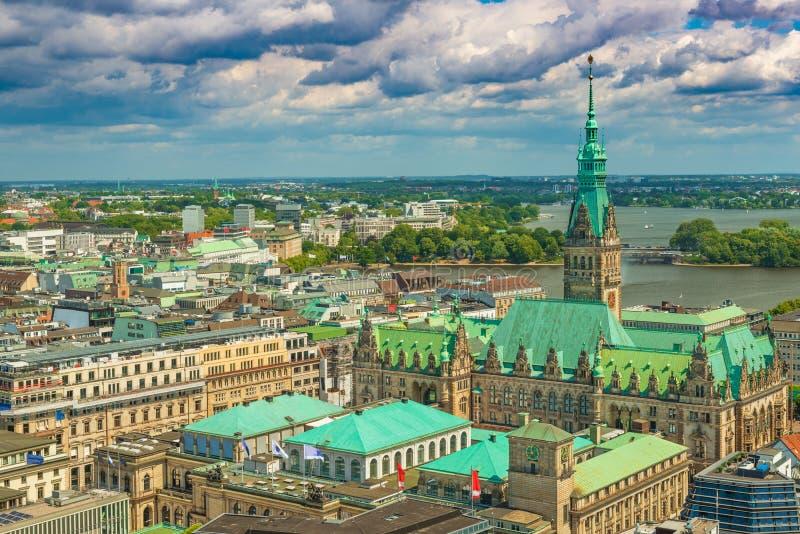 Paisaje urbano de Hamburgo con ayuntamiento y el cielo tempestuoso dramático en el fondo, Alemania fotografía de archivo libre de regalías