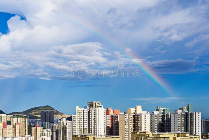 Paisaje urbano de Hong Kong con el arco iris foto de archivo