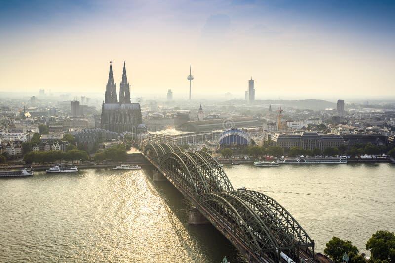 Paisaje urbano de Koln con el puente de la catedral y del acero, Alemania foto de archivo libre de regalías