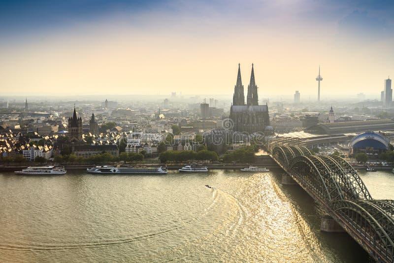 Paisaje urbano de Koln con el puente de la catedral y del acero, Alemania foto de archivo