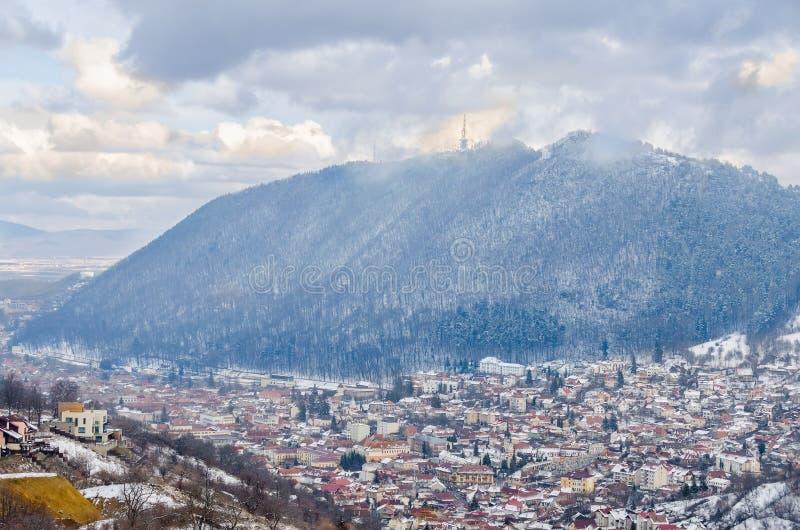 Paisaje urbano de la ciudad Brasov de Rumania, cerca de la montaña Tampa imagen de archivo libre de regalías
