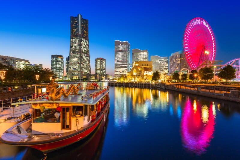 Paisaje urbano de la ciudad de Yokohama en la oscuridad imagen de archivo