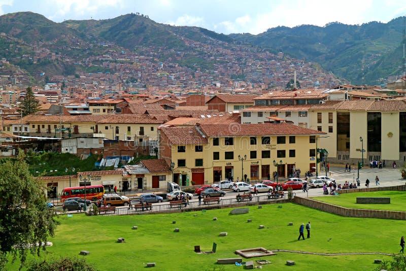 Paisaje urbano de la ciudad vieja de Cusco según lo visto del templo Incan Coricancha, Cusco, Perú de Sun foto de archivo libre de regalías