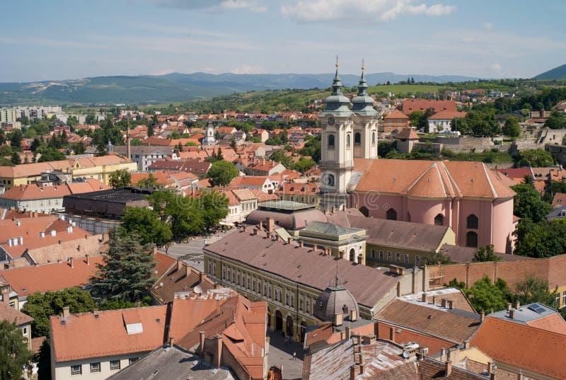 Paisaje urbano de la ciudad vieja de Eger, Hungría, iglesia de St Anthony de Padua fotografía de archivo