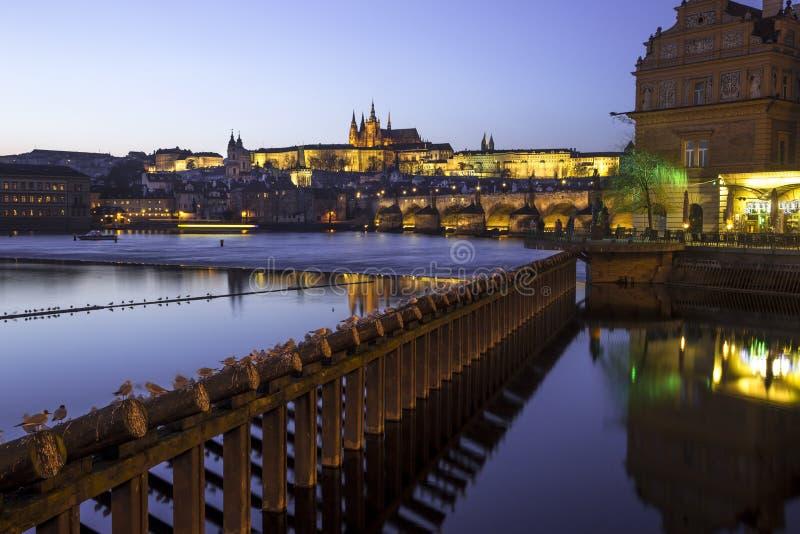 Paisaje urbano de la ciudad vieja en Praga en Charles Bridge, Checo Republi imágenes de archivo libres de regalías