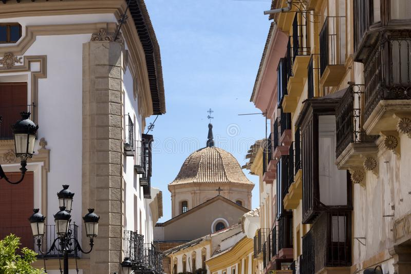 Paisaje urbano de la iglesia española a través de edificios foto de archivo libre de regalías