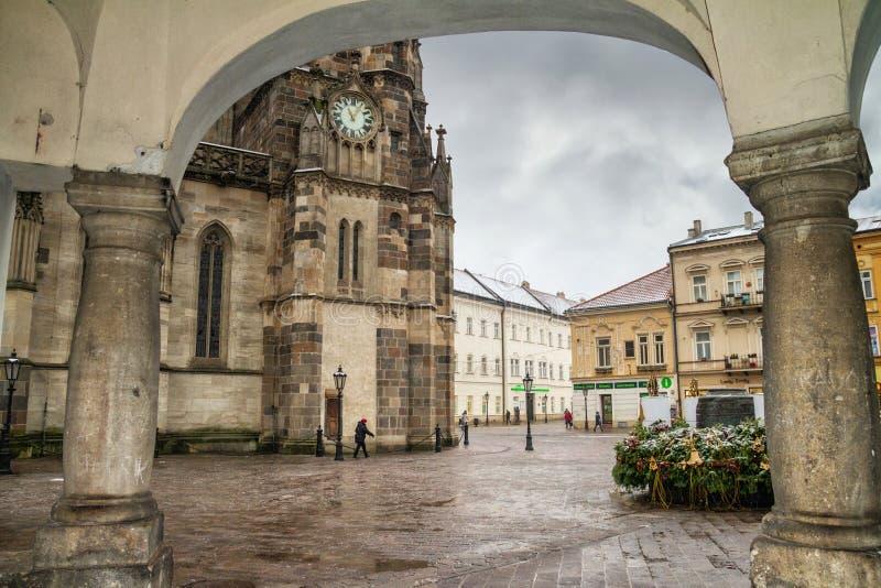 Paisaje urbano de la Navidad - vista de la catedral de St Elisabeth en el centro de Kosice fotos de archivo