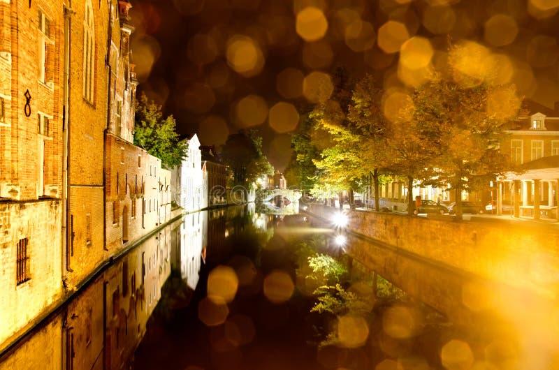 Paisaje urbano de la noche imagenes de archivo