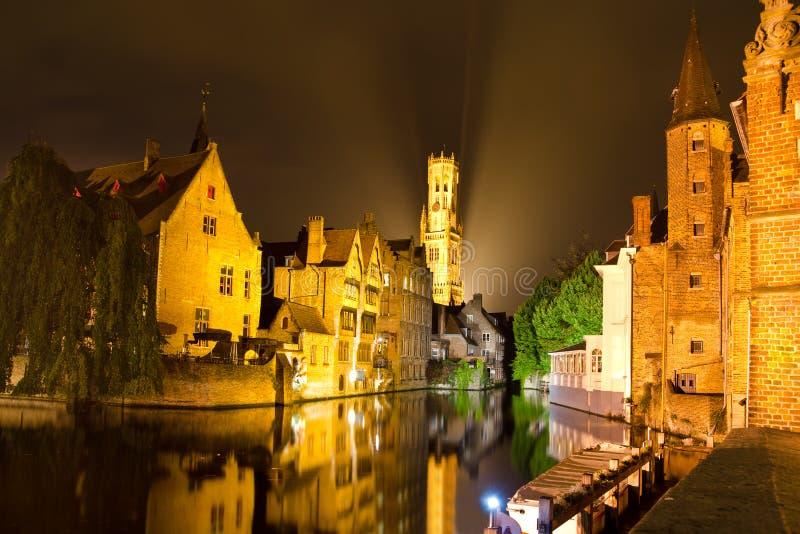 Paisaje urbano de la noche foto de archivo