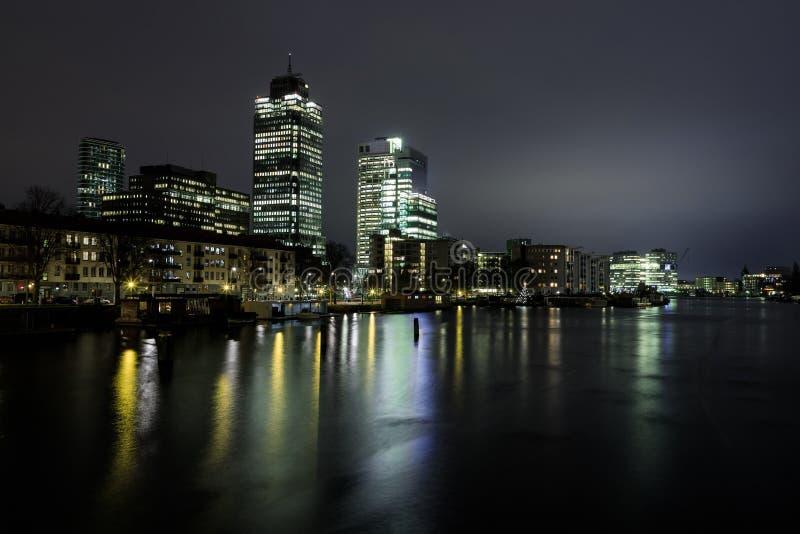Paisaje urbano de la noche de Amsterdam foto de archivo libre de regalías