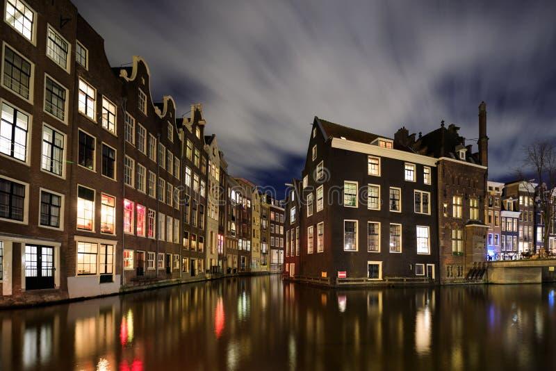 Paisaje urbano de la noche de Amsterdam fotos de archivo