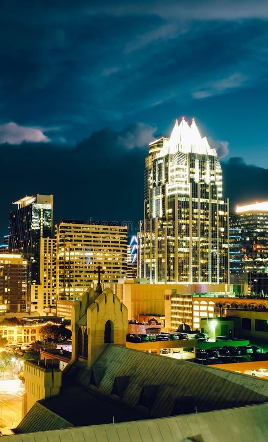 Paisaje urbano de la noche de Austin con la iglesia y los rascacielos imagen de archivo