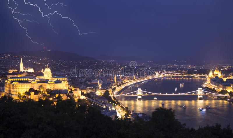 Paisaje urbano de la noche de la ciudad europea vieja Budapest, Hungría foto de archivo libre de regalías