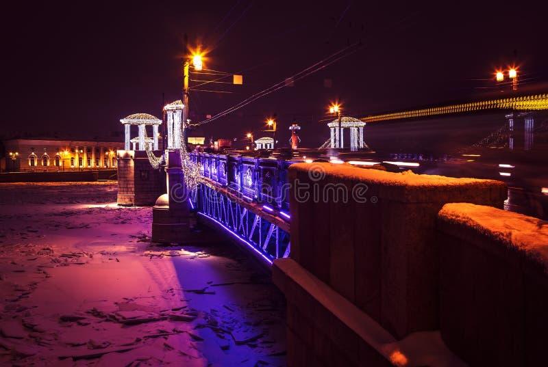 Paisaje urbano de la noche con el río y el puente en St Petersburg Luces de la linterna en el puente imagenes de archivo