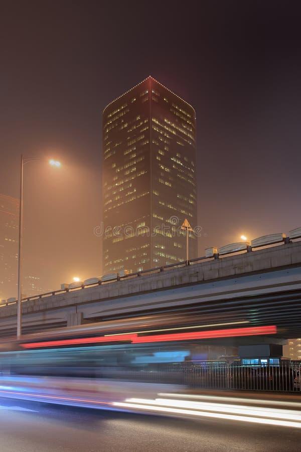 Paisaje urbano de la noche con los syscrapers y el tráfico, Pekín, China fotografía de archivo