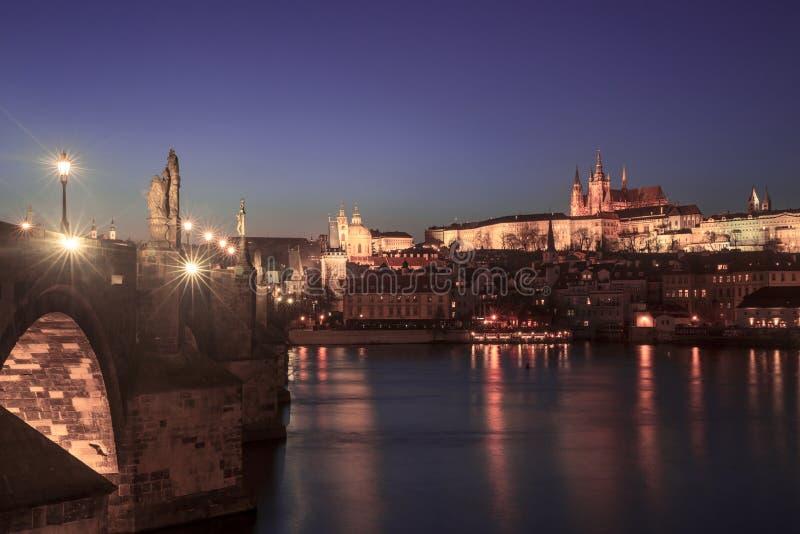 Paisaje urbano de la noche de la ciudad vieja en Praga, República Checa fotografía de archivo