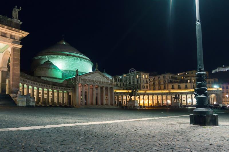 Paisaje urbano de la noche de la plaza Plebiscito. Nápoles, Italia fotos de archivo