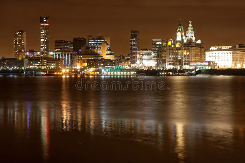 Paisaje urbano de la noche de Liverpool foto de archivo