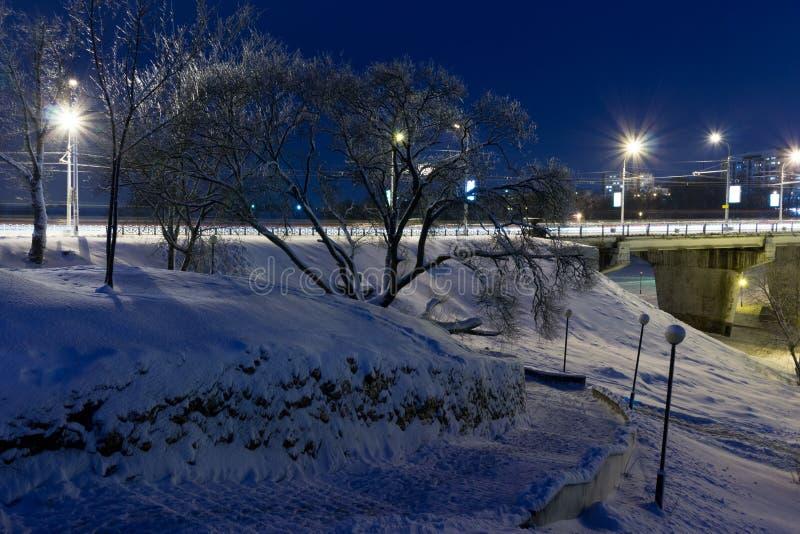 Paisaje urbano de la noche en el invierno, cubierto todo con nieve Mogilev Belaru fotografía de archivo libre de regalías