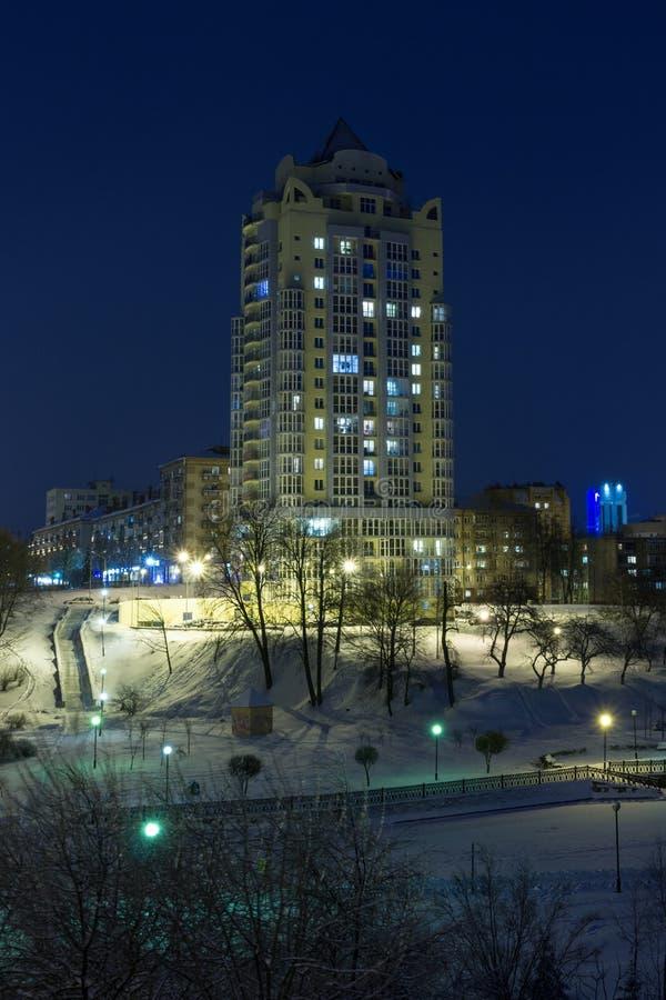 Paisaje urbano de la noche en el invierno, cubierto todo con nieve Mogilev Belaru foto de archivo libre de regalías