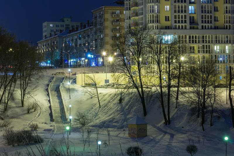 Paisaje urbano de la noche en el invierno, cubierto todo con nieve Mogilev Belaru imagen de archivo libre de regalías