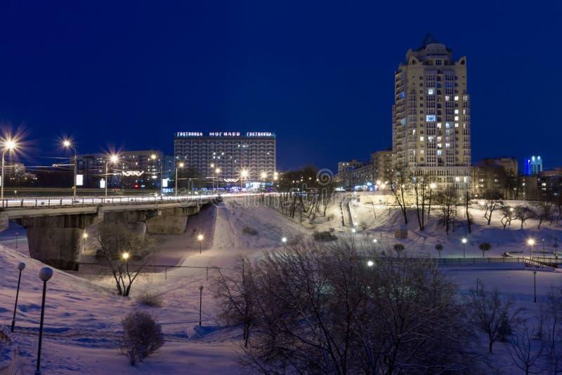 Paisaje urbano de la noche en el invierno, cubierto todo con nieve Mogilev Belaru fotografía de archivo
