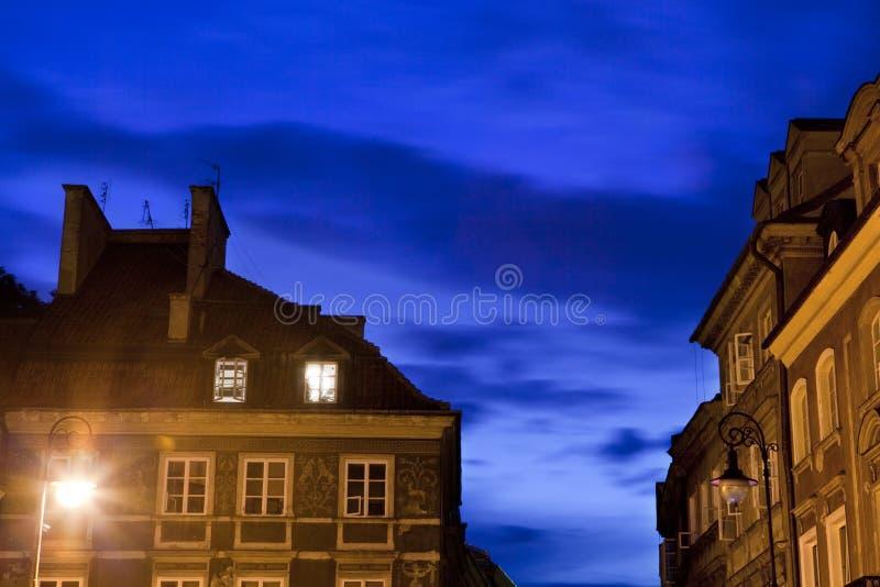 Paisaje urbano de la noche hermosa en el oldtown de Varsovia fotografía de archivo