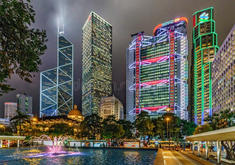 Paisaje urbano de la noche de Hong Kong Torre del Banco de China, Cheung Kong Centre, edificio principal de HSBC, banco de Standa imagen de archivo