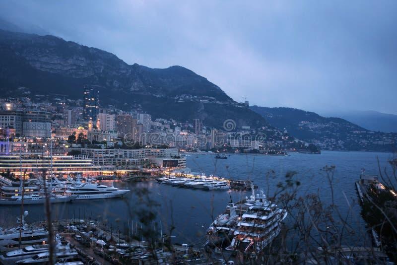 Paisaje urbano de la noche de Monte Carlo por el puerto deportivo, riviera de Mónaco marcha imágenes de archivo libres de regalías