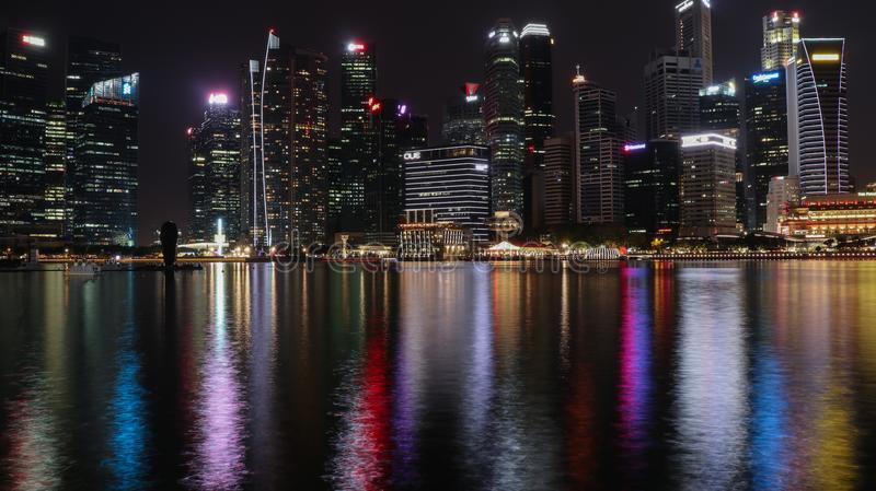 Paisaje urbano de la noche de Singapur con reflexiones del agua imagen de archivo libre de regalías