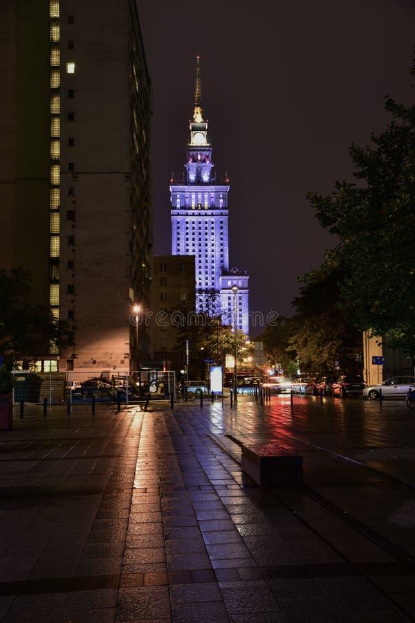 Paisaje urbano de la noche de Varsovia Polonia - opinión sobre Aleje Jerozolimskie fotografía de archivo libre de regalías
