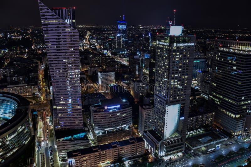 Paisaje urbano de la noche de Varsovia Polonia - opinión sobre la calle de Zlota fotografía de archivo libre de regalías