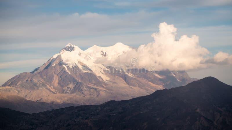 Paisaje urbano de La Paz, Bolivia con la montaña de Illimani que sube en el fondo imágenes de archivo libres de regalías