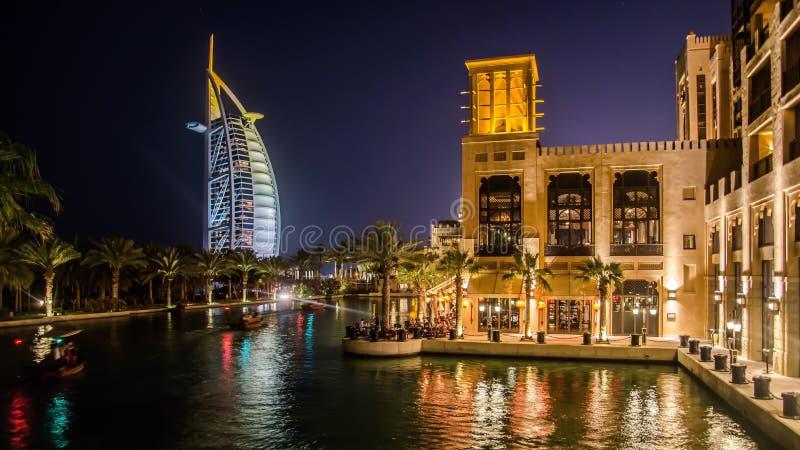 Paisaje urbano de la playa de Jumeirah con el hotel del árabe del EL de Burj Dubai, United Arab Emirates imagen de archivo libre de regalías