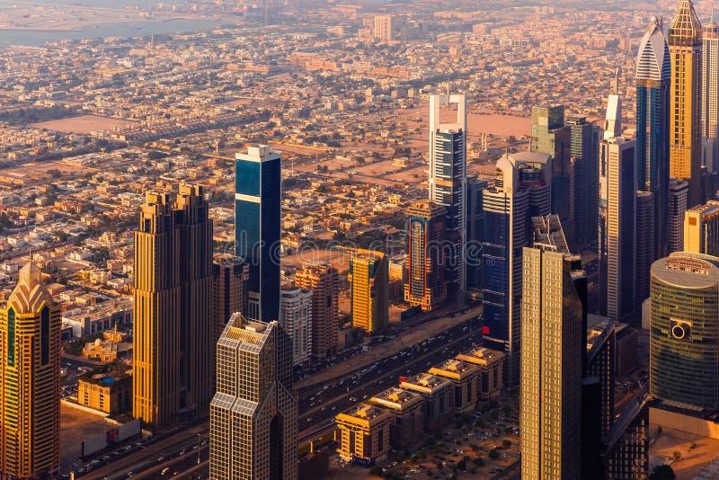Paisaje urbano de la puesta del sol de Dubai desde arriba foto de archivo