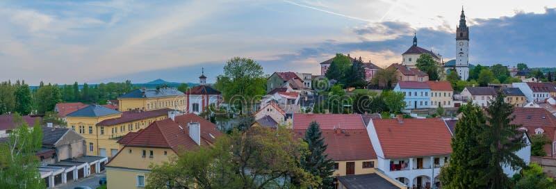 Paisaje urbano de la puesta del sol del panorama de la ciudad de la ciudad de Å™ice Litomerice del› de LitomÄ, foto de archivo libre de regalías