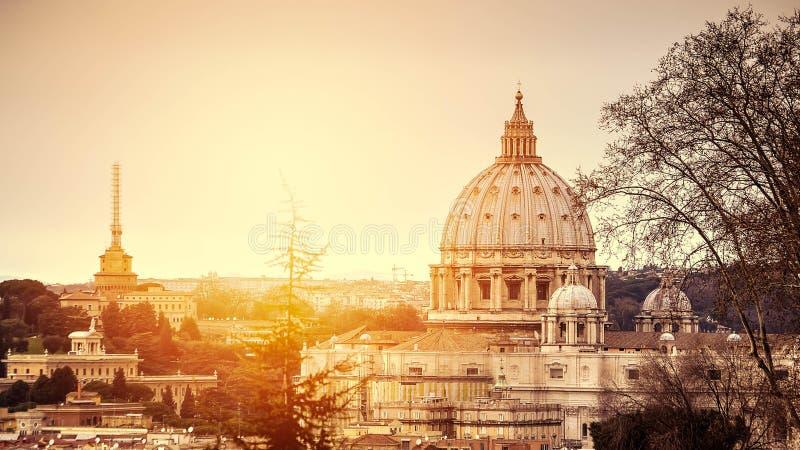Paisaje urbano de la Roma en la puesta del sol foto de archivo